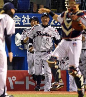 日本シリーズ出場を決め笑顔でベンチを飛び出すユウイチ(中央)(撮影・たえ見朱実)