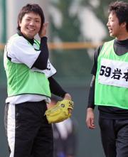 岩本(右)と笑顔をみせる阪神一二三(撮影・田崎高広)
