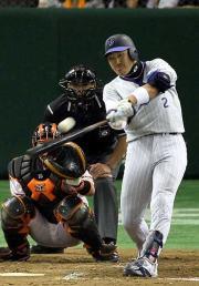 【巨人-横浜】左越えに4号ソロ本塁打を放つ内川(撮影・野上伸悟)