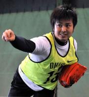 大石は、室内練習場で投球練習をする(撮影・山崎安昭)