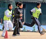 菊池(左から3人目)は、大石(右端)ら投手陣と一緒にダッシュをする