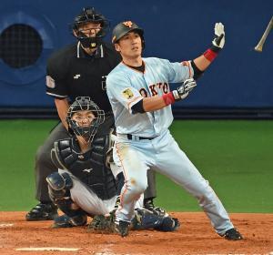 5回表巨人1死一、三塁、左越えに9号3点本塁打を放つ片岡(撮影・たえ見朱実)