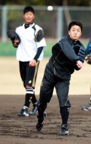 内海(後方)が見つめる前で、力いっぱい送球する沢村