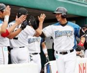 右中間へソロ本塁打を放った中田はナインの出迎えを受ける