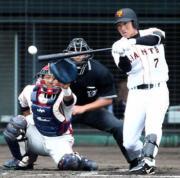 2回裏巨人2死一、二塁、右前適時打を放つ長野(撮影・狩俣裕三)