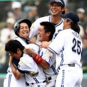 サヨナラ打を放った下園(左から2人目)は村田(右端)らに祝福を受ける