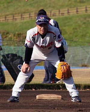 秋季練習でルーキー山田の守備練習に熱視線を送る宮本 秋季練習でルーキー山田の守備練習に熱視線を送