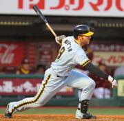 3回表阪神2死一、三塁、マートンは中前適時打を放つ(撮影・宮崎幸一)