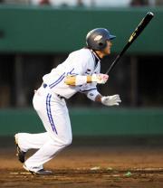 2回裏横浜2死一塁、下園は、2点本塁打を放つ(撮影・山崎哲司)