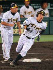3回裏、鳥谷は左中間に同点適時二塁打を放つ(撮影・宮崎幸一)