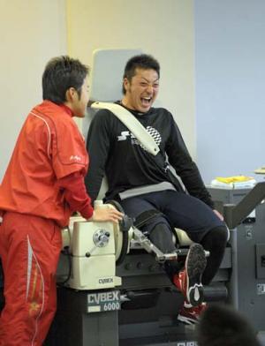 体力測定で雄たけびを上げながら負荷のかかる右足を上げる菊池 体力測定で雄たけびを上げながら負荷の