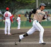 広島今井(左)からソロ本塁打を放った中田(撮影・宮川勝也)