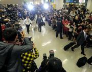 斎藤佑は那覇空港へ到着し、大勢のファンの間を歩く(撮影・松本俊)
