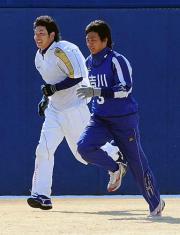 20日の合同自主トレで並んでダッシュする堂上直(左)と吉川