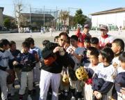 小学生にボールの握り方を教える平野(撮影・鎌田真一郎)