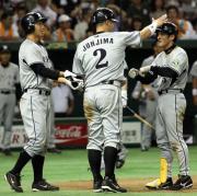 右中間に3点本塁打を放ち城島に頭をたたくように祝福される平野