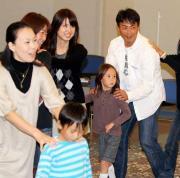 「あしなが育英会」のレインボーハウスを訪問しゲームで遊ぶ桧山進次郎