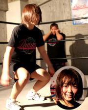 プロテストに臨んだ藤村沙里(顔写真も)。奥は井上京子