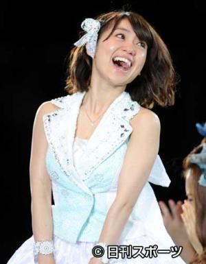 1位に返り咲き最高の笑顔を見せる大島優子(撮影・... 1位に返り咲き最高の笑顔を見せる大島優子