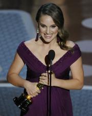 主演女優賞を受賞した「ブラック・スワン」のポートマン(AP=共同)