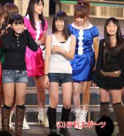 モー娘の新メンバー、前列左から鈴木、生田、鞘師(撮影・神戸崇利)
