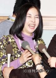 爆笑しながら引き揚げる麻木久仁子(撮影・神戸崇利)