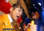 峰竜太は落合監督からビールをかけられ、幸せそうな表情