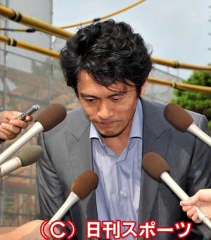 離婚報告を前に、報道陣に頭を下げる内野聖陽(撮影・山崎安昭) 離婚報告を前に、報道陣に頭を下げる
