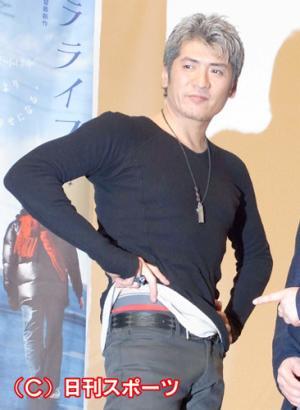 今年1月、映画「ワラライフ!!」試写会で赤下着をチラ見せした吉川晃司 今年1月、映画「ワラライフ