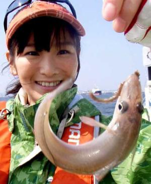 元気なシロギスを釣り上げ笑顔を見せる永浜いりあ 元気なシロギスを釣り上げ笑顔を見せる永浜いりあ
