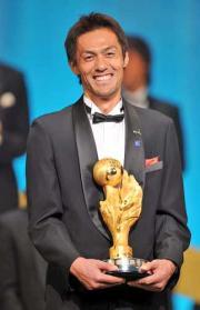 最優秀選手のトロフィーを手に笑顔の名古屋GK楢崎