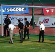 22日の山形対神戸戦で、試合前にゴール前の芝生を見る審判団と関係者