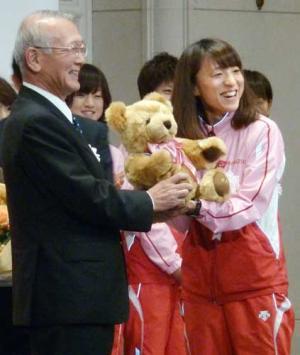 ぬいぐるみを受け取るロンドン五輪女子マラソン代表の木崎良子(共同) ぬいぐるみを受け取るロンドン