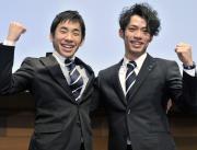 壮行会に出席した高橋大輔(右)と織田信成(共同)