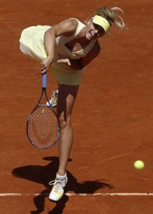 女子シングルス準々決勝でサーブを放つマリア・シャラポワ(AP=共同) 女子シングルス準々決勝でサ