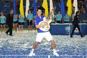 大会初の4連覇を達成した錦織圭は「ギター・トロフィー」を抱えて笑顔を見せる(撮影・PIKO)