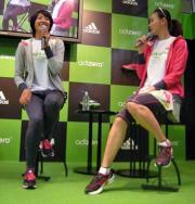 東京マラソンのイベントで、SHIHO(右)と対談する浅尾