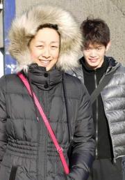 まぶしそうに競技場を後にする浅田(左)。右は小塚(撮影・今村健人)
