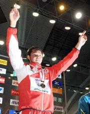 男子200メートル平泳ぎで短水路日本新の北島は、表彰台で両手を上げる