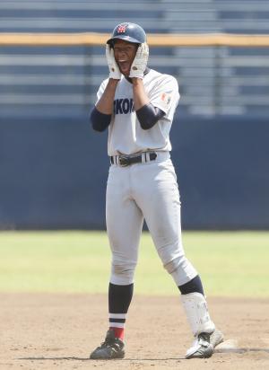 8回裏、適時二塁打を放ち塁上で笑顔の横浜・万波(撮影・足立雅史)