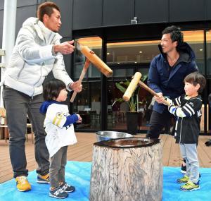 子どもたちと餅つきを楽しむ松田(右)と千賀(撮影・今浪浩三)