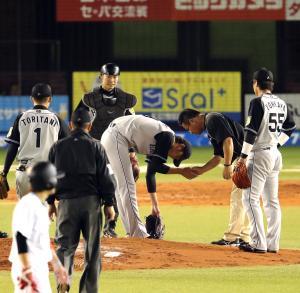 4回裏ロッテ無死一塁、清田の打球に直撃された右手をトレーナーに診てもらう藤浪(撮影・浅見桂子)