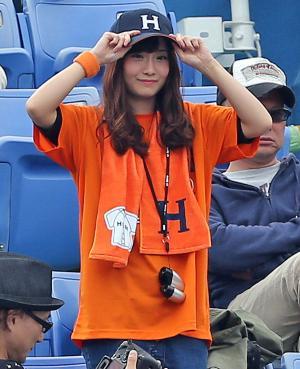 法大対慶大 4回表、柴田圭輝の打席の時、立って応援する姉のSKE48柴田阿弥