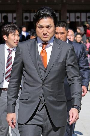 まっすぐ前を見つめて宮崎神宮の本殿へ向かう巨人高橋監督(撮影・松本俊)