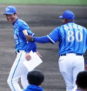 DeNAコーチ陣MVPを受賞した上田コーチ(左)。右はラミレス監督(撮影・河野匠)