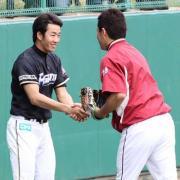 試合前の練習で、再会を果たし握手をかわす斎藤(左)と田中