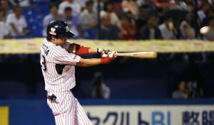 5回裏ヤクルト無死二塁、山田は左越え30号本塁打を放つ(撮影・山崎哲司)