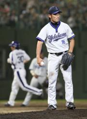 7回裏、森野に勝ち越し本塁打を浴びた加賀は唇をかむ(撮影・清水貴仁)