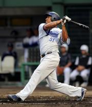 3回表横浜1死、中越え本塁打を放つカスティーヨ(撮影・桜井希望)