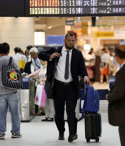 GWで家族連れが多い中、東京に向かうマウロ・ゴメス(撮影・宮崎幸一)